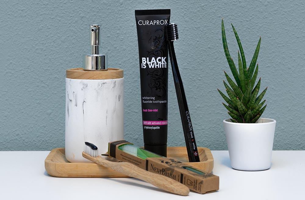 zwarte-tandpasta-bamboe-tandenborstel